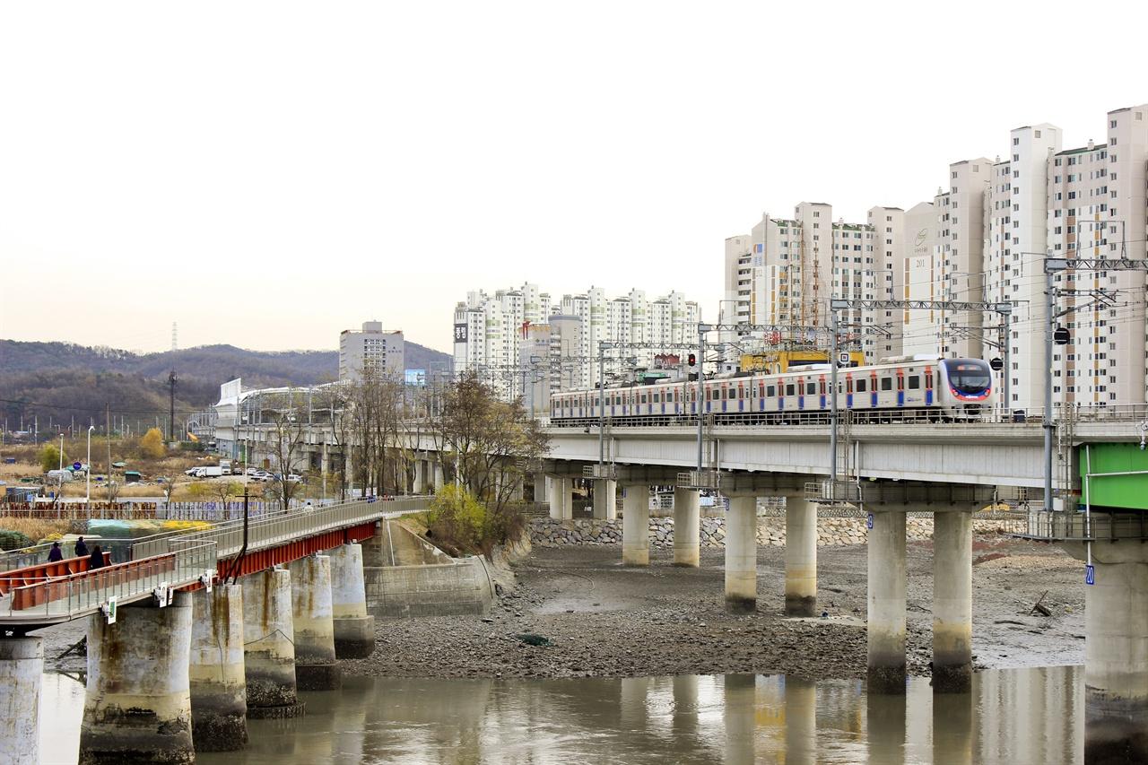 수인선 열차가 소래포구 앞을 지나고 있다. 2019년 12월이면 이 열차가 수원을 넘어 분당, 왕십리까지 향할 전망이다.