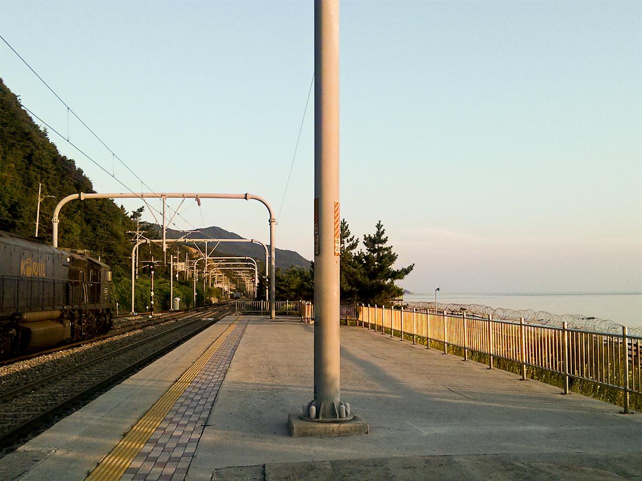 경강선과 영동선을 잇는 삼각선이 개통되면 KTX 열차가 진부역에서 바로 정동진역, 동해역으로 향할 수 있게 된다. 사진은 영동선 정동진역의 모습.
