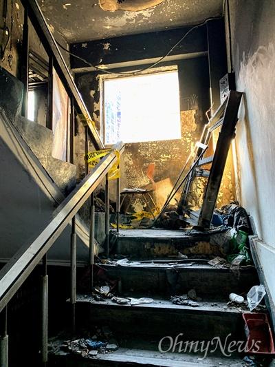 27일 오후 서울 종로구 국일고시원에서 화재 참사 희생자 49재가 열렸다. 지난 11월 9일 화재로 7명이 숨진 국일고시원 내부가 화재 당시 모습 그대로 보존돼 있다.