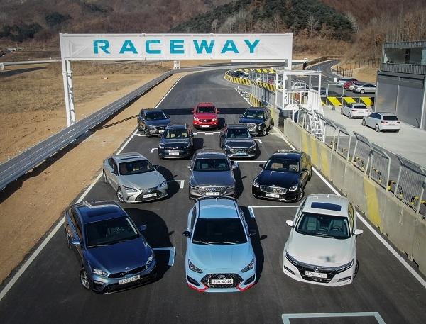 27일 한국자동차전문기자협회는 경기도 포천시의 레이스웨이에서 '2019 올해의 차' 최종후보 11종을 대상으로  주행성능과 디자인 등을 종합적으로 평가하는 자리를 가졌다.