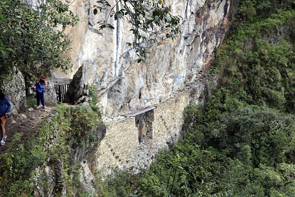 마추픽추 유적 뒷길로 10여분 걸으면 잉카군인들이 걸었다는 절벽길이 있다. 지금처럼 네모 반듯한 벽돌도 아닌 돌을 절벽에 덧대 쌓아올려 길을 만든 잉카인들의 석축술이 놀랍기만 하다. 넓이 1미터도 안되어 보이는 좁은 길에 의지할 난간도 없는  길. 바람이라도 불면 천길 낭떠러지로 떨어질 것만 같아 오금이 저렸다.