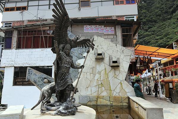 아구아 깔리엔떼스 마을에 있는 잉카상
