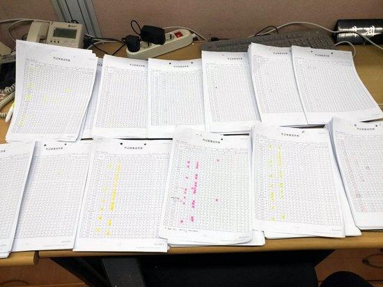 지난 20일 오전, 교육부 체험학습 실태조사 공문 보고를 준비하는 경기도의 한 고교 교무실 풍경. 교사들이 모여 전교생의 출결일지를 뽑아 하나 하나 점검하고 있다.