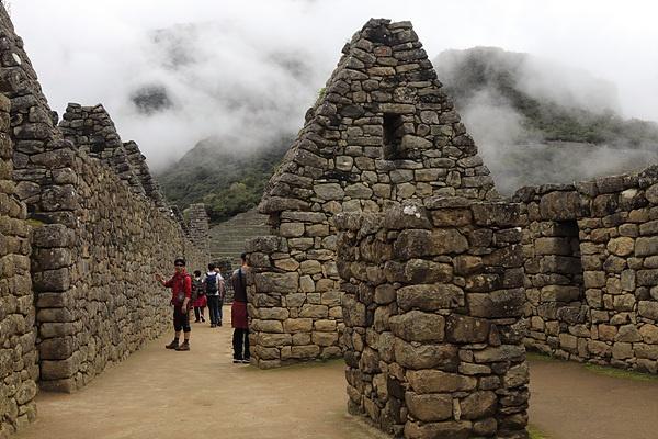 마추픽추 정상에는 잉카인들이 돌을 이용해 건설한 유적들이 즐비하다