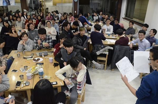 참가자들이 자신의 삶에서 만난 경제의 면면을 나눠준 학생모둠의 발표를 진지하게 듣고 있다.