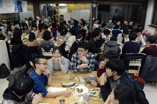 참가자들은 예정된 시간이 부족하다며 활발한 토론을 이어갔다.
