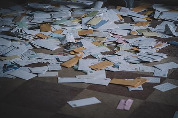 영화 <국가부도의 날> 스틸 컷. 윤정학(유아인 분)은 라디오에 전달된 사연엽서를 구해 한국경제가 바닥부터 무너지고 있음을 알아챈다.