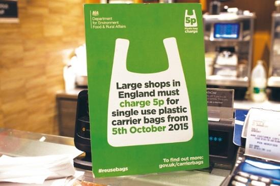 영국의 대형유통업체들이 2015년 10월 5일부터 1회용 비닐봉지를 무상제공하지 않고 5페니(약 70원)에 판매한다는 것을 안내한 공고문. 영국은 올해 이 조치를 전체 소매점으로 확대하고 비닐봉투 가격도 10페니로 올렸다.