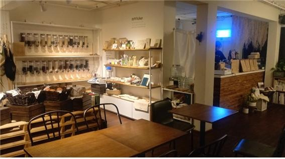 서울 성수동의 '더 피커'는 일회용 포장용기를 사용하지 않는 식료품점이다. 곡물과 음료, 채식 샌드위치 등을 고객이 가져 온 용기에 담아준다.