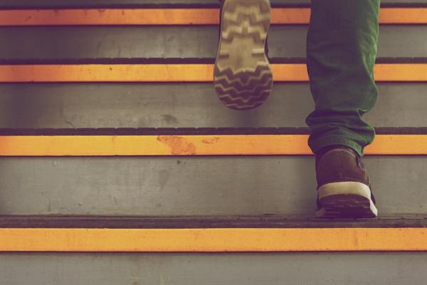 회사에서 점심 먹기 전까지 최소 한 번은 3층부터 18층까지 걸어 올라간다.
