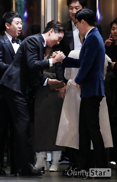 'SBS연예대상' 유재석-붐, 의리의 악수 28일 오후 서울 상암동 SBS 프리즘타워에서 열린 < 2018 SBS 연예대상 >에서 개그맨 유재석(오른쪽)과 방송인 붐이 악수를 하고 있다.