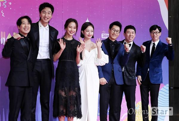 'SBS연예대상' 런닝맨, 2019년에도 달려! 28일 오후 서울 상암동 SBS 프리즘타워에서 열린 < 2018 SBS 연예대상 >에서 '런닝맨'팀의 하하, 이광수, 송지효, 전소민, 지석진, 양세찬, 유재석이 포토타임을 갖고 있다.