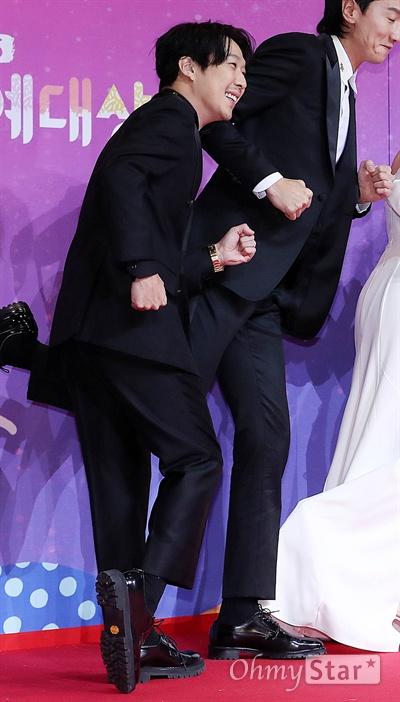 'SBS연예대상' 하하, 열심히 달려! 28일 오후 서울 상암동 SBS 프리즘타워에서 열린 < 2018 SBS 연예대상 >에서 '런닝맨'의 하하가 포토타임을 갖고 있다.