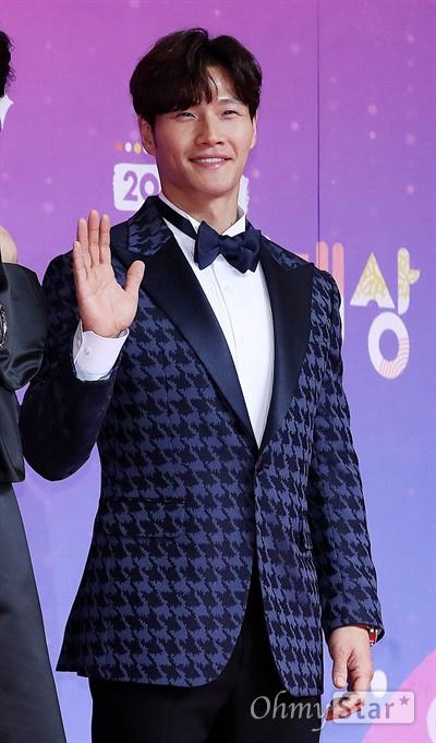 'SBS연예대상' 김종국, 건강한 남자 28일 오후 서울 상암동 SBS 프리즘타워에서 열린 < 2018 SBS 연예대상 >에서 '런닝맨'의 가수 김종국이 포토타임을 갖고 있다.