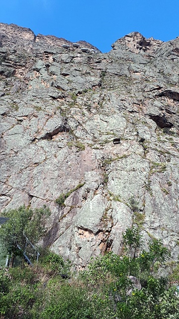 깎아지른 듯한 400미터 절벽위에 있는 암벽호텔 모습. 9부 능선에 있다