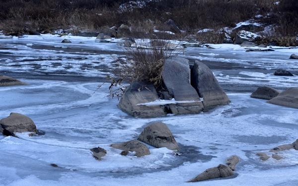 겨울풍경 강이 제법 두껍게 얼었다.