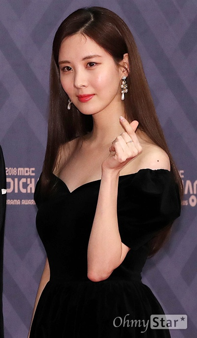 '2018 MBC연기대상' 서현, 가려도 예쁨 30일 오후 서울 상암동 MBC사옥에서 열린 < 2018 MBC 연기대상 >에서 MC를 맡은 가수 겸 배우 서현이 포토타임을 갖고 있다.