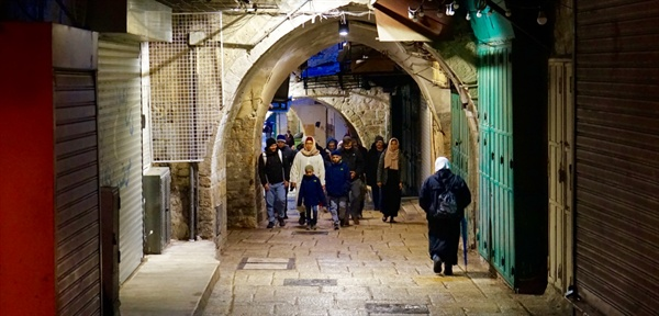 모스크로 가는 길. 무슬림 가족이 아침 기도를 위해 모스크로 가고 있다. 예루살렘 무슬림 쿼터. (Muslim Quarter)
