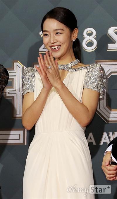 '2018 SBS연기대상' 신혜선, 신나는 물개박수 31일 오후 서울 상암동 SBS 프리즘타워에서 열린 < 2018 SBS 연기대상 >에서 MC를 맡은 배우 신혜선이 포토타임을 갖고 있다.