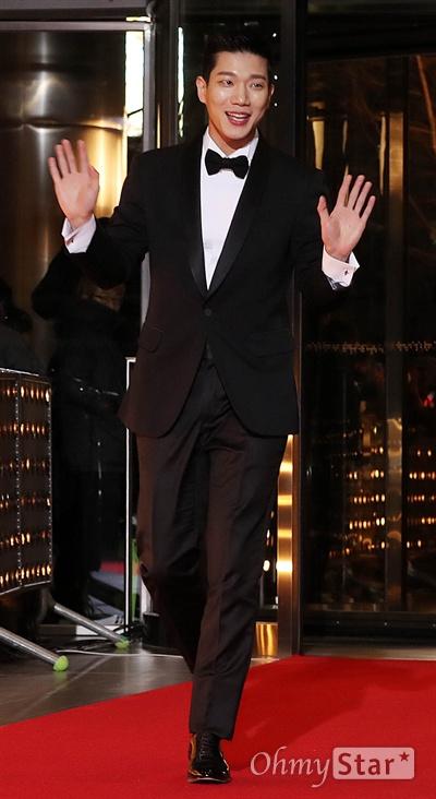 '2018 SBS연기대상' 김경남, 경쾌한 레드카펫 31일 오후 서울 상암동 SBS 프리즘타워에서 열린 < 2018 SBS 연기대상 >에서 배우 김경남이 인사를 하며 입장하고 있다.