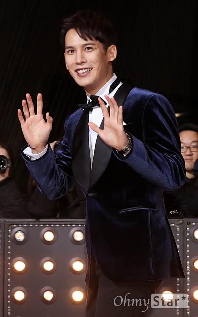 '2018 SBS연기대상' 박기웅, 멋진 등장! 31일 오후 서울 상암동 SBS 프리즘타워에서 열린 < 2018 SBS 연기대상 >에서 배우 박기웅이 포즈를 취하고 있다.