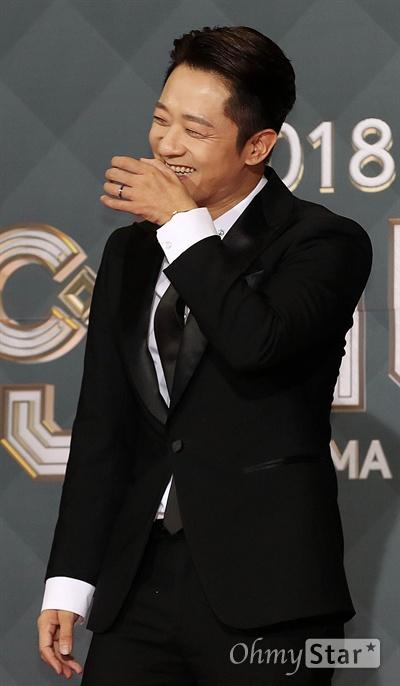 '2018 SBS연기대상' 알렉스, 쑥스러운 환호 31일 오후 서울 상암동 SBS 프리즘타워에서 열린 < 2018 SBS 연기대상 >에서 배우 알렉스가 팬들의 환호에 쑥스러워하고 있다.