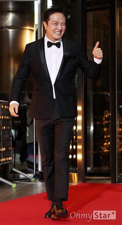 '2018 SBS연기대상' 정웅인, 천의 얼굴 31일 오후 서울 상암동 SBS 프리즘타워에서 열린 < 2018 SBS 연기대상 >에서 배우 정웅인이 입장하며 팬들에게 엄지척을 하고 있다.