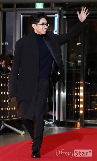 '2018 SBS연기대상' 봉태규, 언제나 패셔니스타 31일 오후 서울 상암동 SBS 프리즘타워에서 열린 < 2018 SBS 연기대상 >에서 배우 봉태규가 팬들에게 인사하며 입장하고 있다.