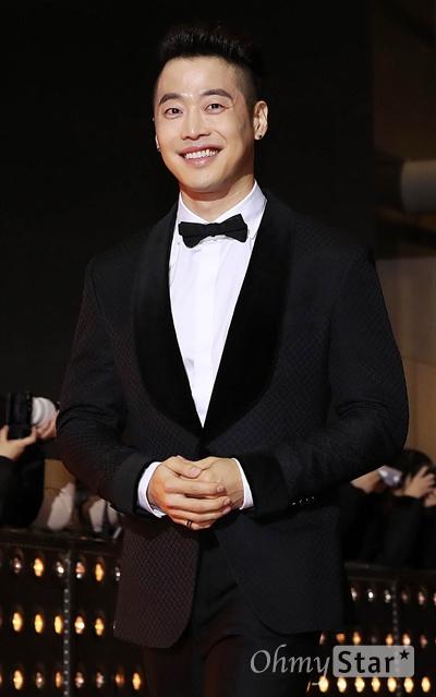 '2018 SBS연기대상' 김재원, 꽃미소로 심쿵 31일 오후 서울 상암동 SBS 프리즘타워에서 열린 < 2018 SBS 연기대상 >에서 배우 김재원이 입장하고 있다.