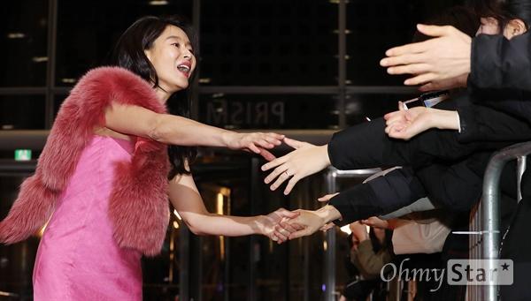 '2018 SBS연기대상' 예지원, 다 잡아드릴게요! 31일 오후 서울 상암동 SBS 프리즘타워에서 열린 < 2018 SBS 연기대상 >에서 배우 예지원이 팬들과 손을 잡으며 인사하고 있다.