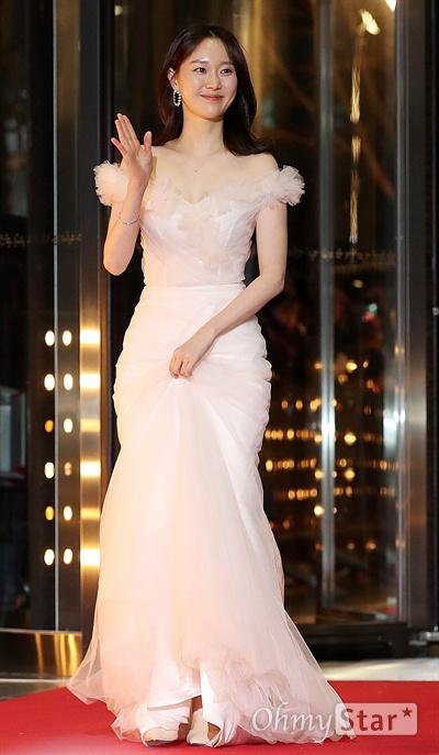 '2018 SBS연기대상' 이유영, 눈부신 등장 31일 오후 서울 상암동 SBS 프리즘타워에서 열린 < 2018 SBS 연기대상 >에서 배우 이유영이 입장하고 있다.