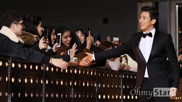 '2018 SBS연기대상' 고수, 외국인도 반한 고비드 31일 오후 서울 상암동 SBS 프리즘타워에서 열린 < 2018 SBS 연기대상 >에서 배우 고수가 입장하며 외국인 팬들과 인사를 나누고 있다.