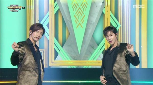 < 2018 MBC 가요대제전 >에 오랜만에 출연한 동방신기는 명성에 부응하는 멋진 공연을 펼쳤다. (방송화면 캡쳐)