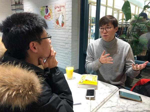 <오마이뉴스>와 인터뷰 중인 심용환 역사&교육연구소 소장