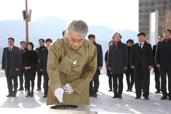 박종훈 경남도교육감은 1일 3.15민주묘지를 참배했다.