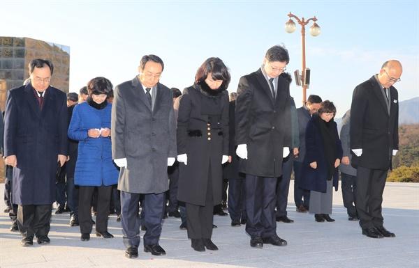 김경수 경남지사는 새해 첫날인 1월 1일 국립3.15민주묘지를 참배했다.