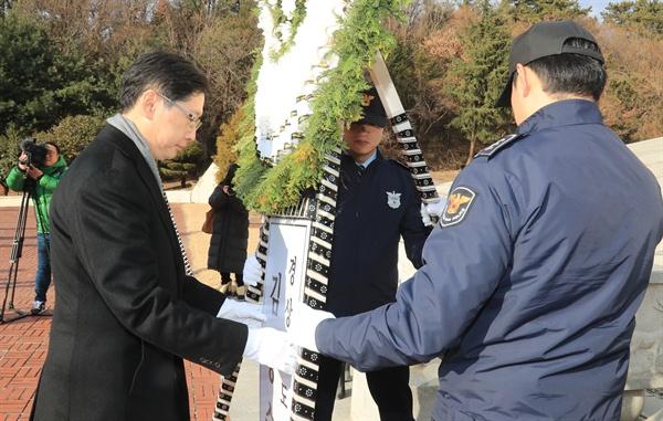김경수 경남지사는 새해 첫날인 1월 1일 창원 충혼탑을 참배했다.
