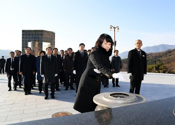 김지수 경남도의회 의장이 1월 1일 국립3.15민주묘지를 참배했다.