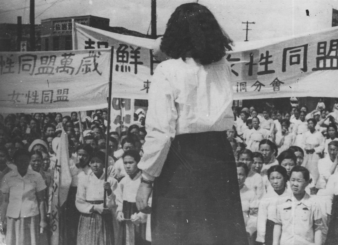 여성동맹위원들의 궐기대회