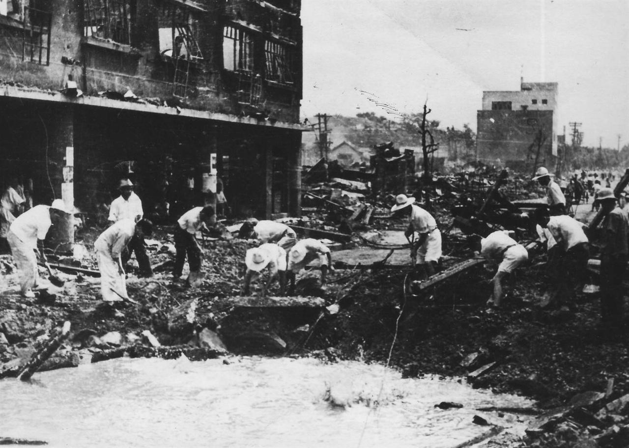 전란 피해 복구작업에 동원된 서울시민들