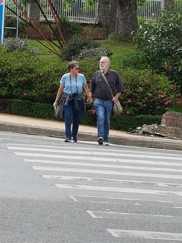 손을 꼭 잡고 길을 건너는 두 사람에게서 서로에 대한 신뢰와 사랑이 느껴집니다.