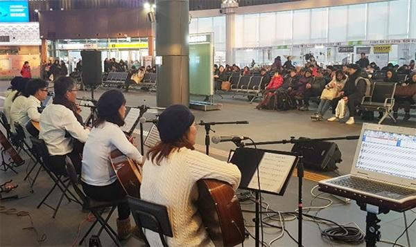 1일 오후 4시 경 KTX 강릉역사 안에서는 지역 문화 동아리들로 구성된 재능기부 단체 중 '쉼표하나' 통기타 동아리가 공연을 하고있다.