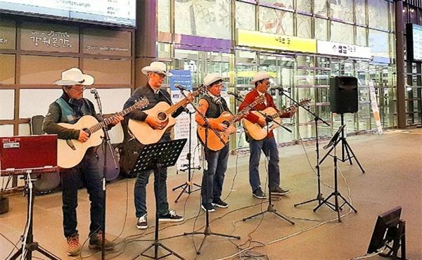 1일 오후 KTX 강릉역사에서 지역 문화 동아리들로 구성된 재능기부 단체 중 하나인 '경포대블루스' 동아리가 공연을 하고있다.