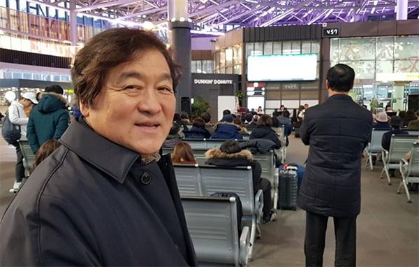 지역 문화 동아리 14곳을 한데로 묶어 KTX 강릉역에서 재능기부 형태로 작은 음악회를 기획한 기세남 전 강릉시의회 의원