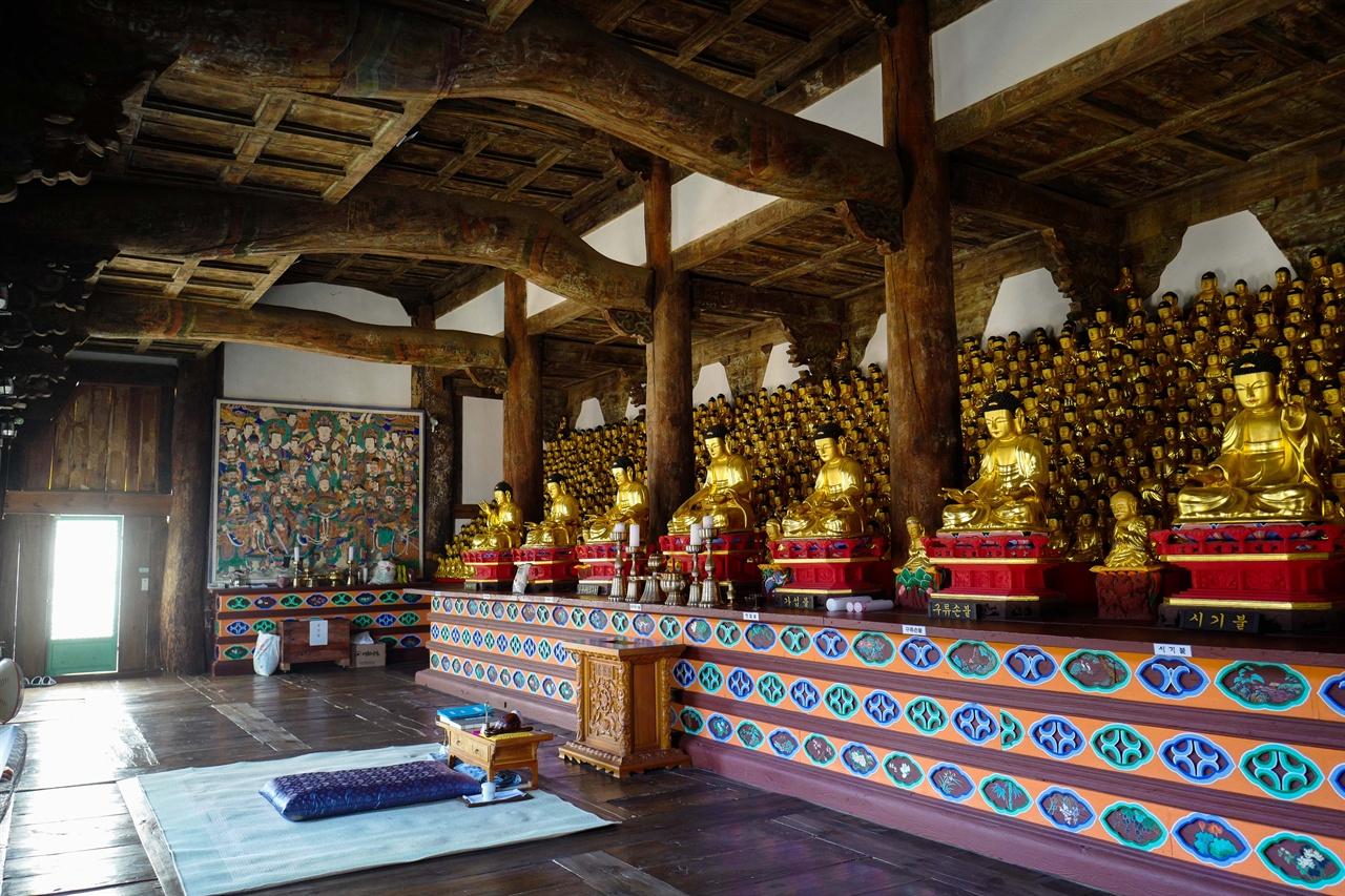 마곡사 영산전     마곡사 영산전 천불들. 영산전에 기도한 후 유독 눈에 들어오는 부처님 닮은 인연을 만날 수 있다고 한다.