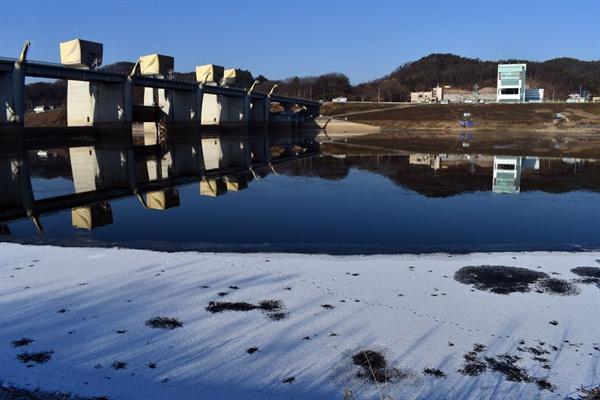 하류 백제보 강 수위의 저항을 받는 공주보도 꽁꽁 얼어붙은 상태다.