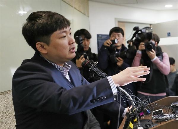 취재진 앞에 선 신재민 청와대가 KT&G 사장교체를 지시하는 등 부당한 압력을 가했다고 주장한 신재민 전 기획재정부 사무관이 2일 오후 서울 강남구 한 사무실에서 기자회견을 하고 있는 모습.