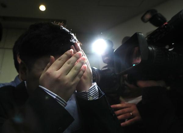 얼굴 가린 신재민 전 사무관 청와대가 KT&G 사장교체를 지시하는 등 부당한 압력을 가했다고 주장한 신재민 전 기획재정부 사무관이 2일 오후 서울 강남구 한 사무실에서 기자회견을 마친 뒤 기자회견장을 나서고 있다.
