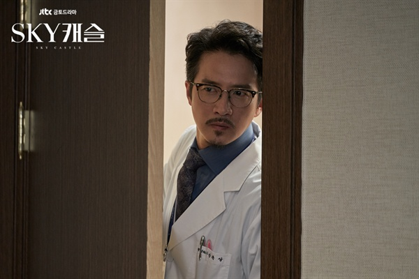 JTBC 금토 드라마 'SKY 캐슬' 한 장면. 정형외과 의사인 강준상(정준호 분)은 과거 수술 결과에 불만을 품은 환자가 흉기로 위협하자, 병원 이곳저곳으로 도망치다 결국 가스총으로 환자를 제압한다.
