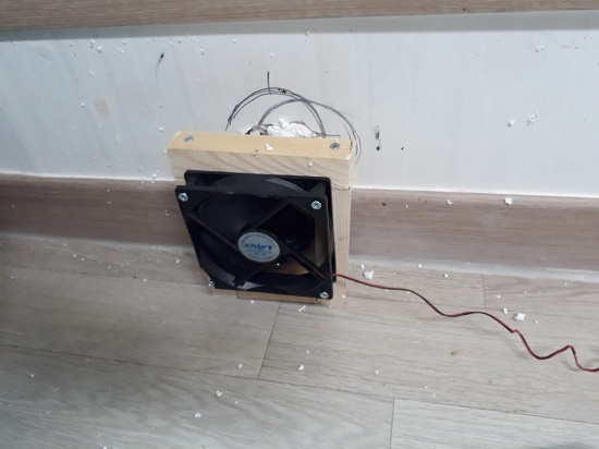 송풍기 햇빛온풍기의 더운 공기를 강제 순환시키려고 설치한 송풍기. 컴퓨터 팬을 재활용했다.